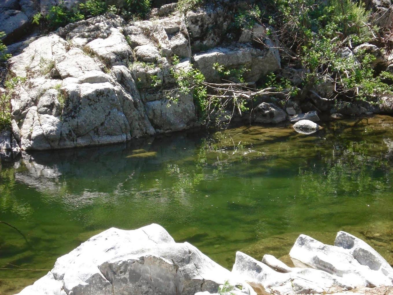 Rivière rochers Camping le Petit Baigneur